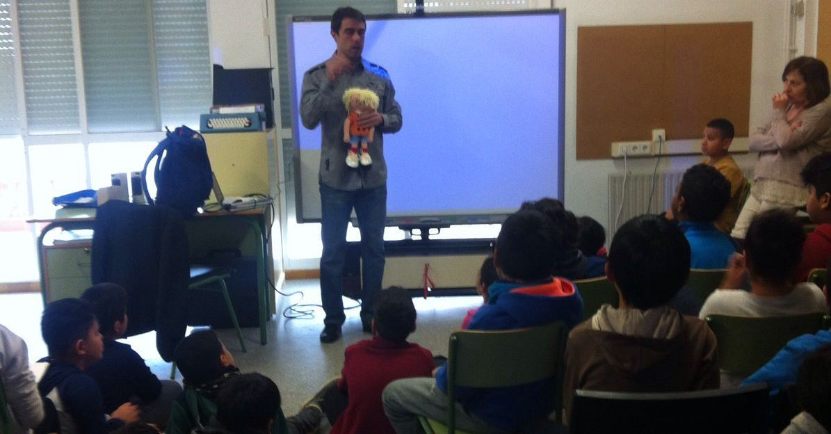 Image of Xavi giving a lecture to students of primary with his hands Braillina
